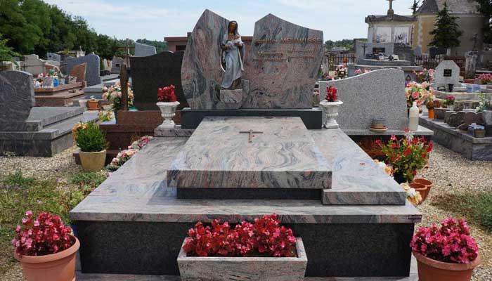 Des plaques funéraires