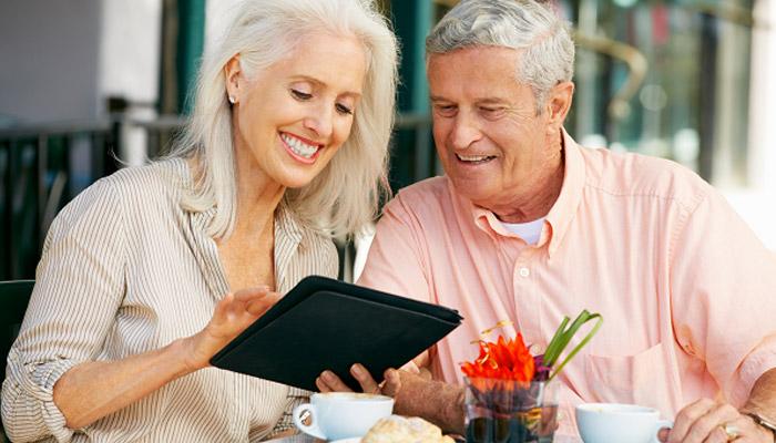 tablette adaptée à une personne âgée
